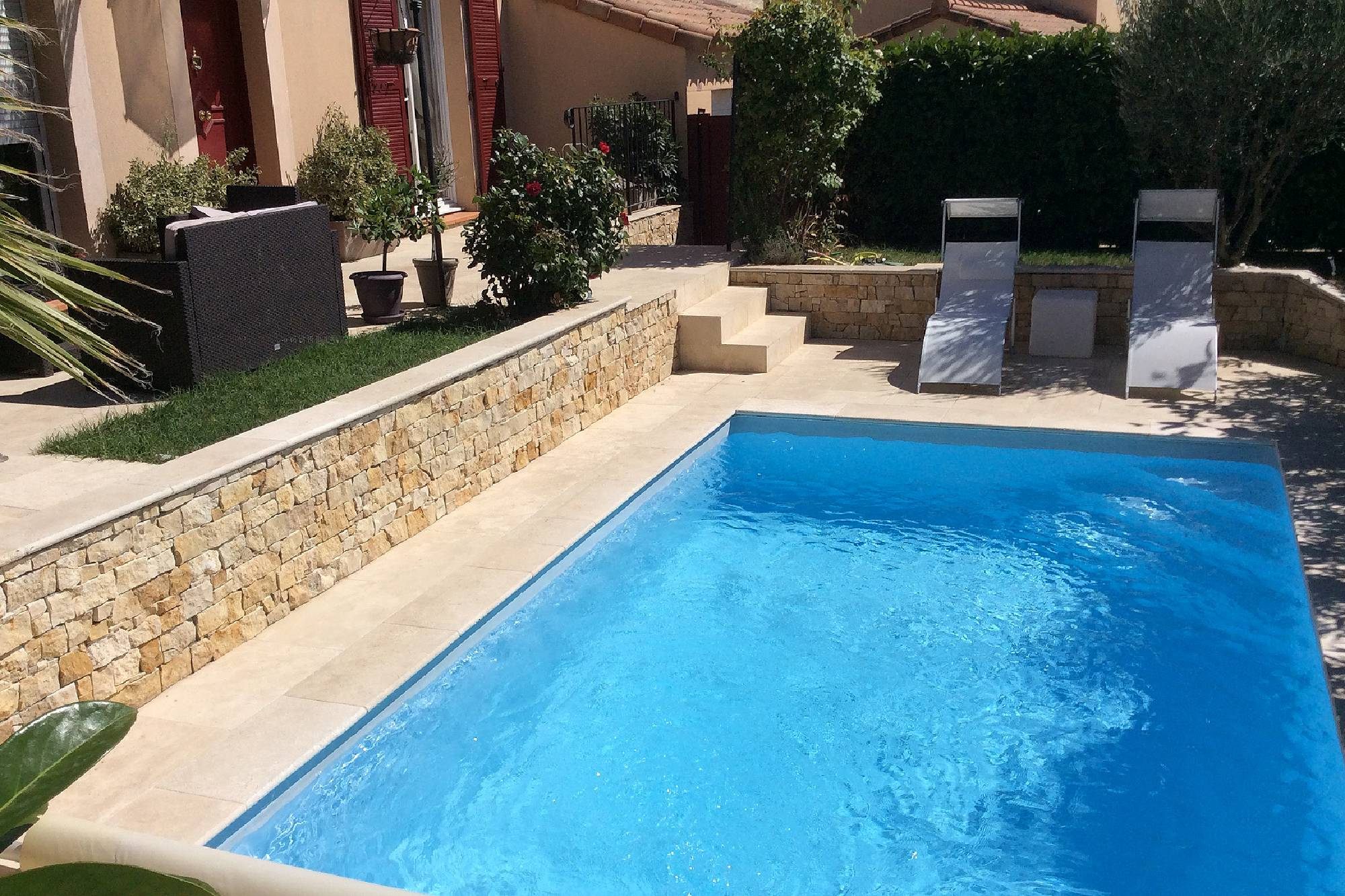 Concessionnaire piscines desjoyaux aubagne for Video x piscine